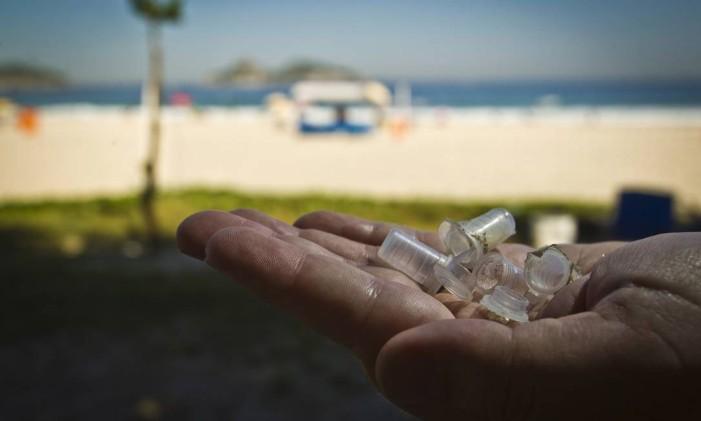 Aparece em casa com objetos usados para o consumo de drogas, como canudos, espelhos pequenos e fósforos. Foto: Guilherme leporace / Agência O Globo
