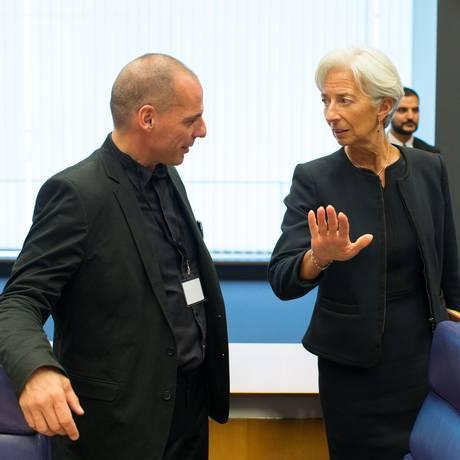 Christine Lagarde, diretora-gerente do FMI, conversa com o ministro das Finanças grego Yanis Varoufakis, no encontro do Eurogrupo em Luxemburgo Foto: Jasper Juinen / Bloomberg News