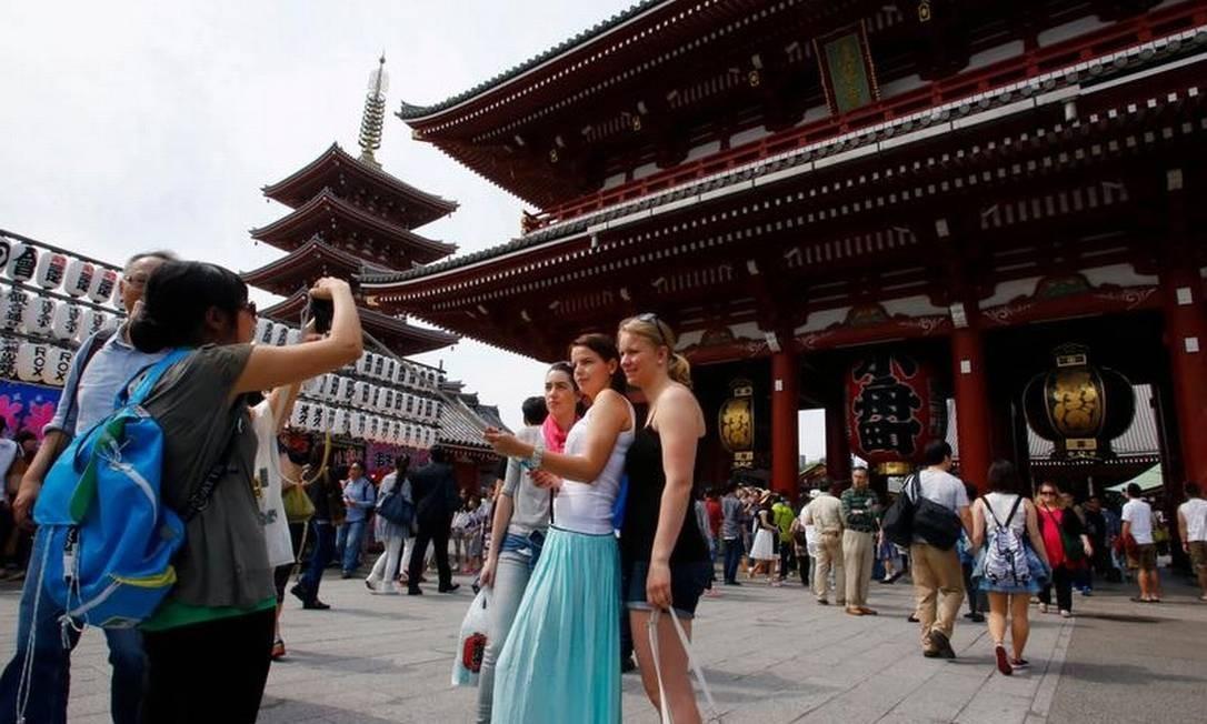 Turistas tiram foto em frente ao templo Sensoji em Tóquio, capital do Japão Foto: AP