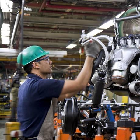 Metalúrgico em fábrica da General Motors (GM) em São Bernardo do Campo, em foto de arquivo Foto: Marcos Issa / Bloomberg