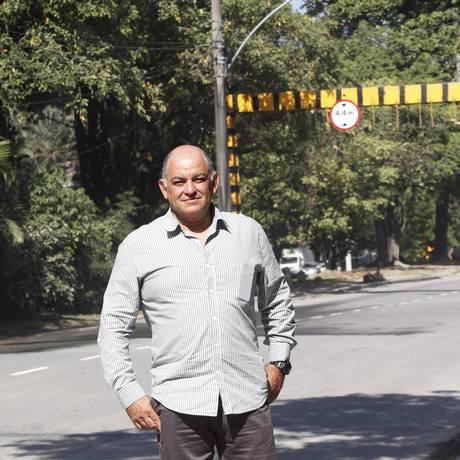 Ricardo Vieria próximo ao canteiro central da Estrada da Barra, onde devem ser implementadas as novas vagas Foto: Eduardo Naddar / Agência O Globo