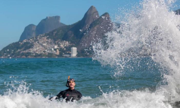 Condições para banho estão boas no Arpoador Foto: Pedro Kirilos / Agência O Globo/20-05-2015