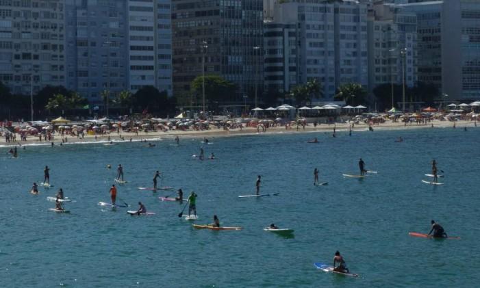 Banhistas aproveitam as águas tranquilas do Posto 6 para praticar stand up paddle Foto: Marcelo Carnaval / Agência O Globo/07-12-2014