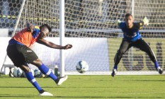Riascos arrisca chuta em treino do Vasco Foto: Paulo Fernandes/Vasco