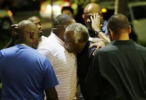Luto e consolação. Fiéis do templo metodista e parentes das vítimas se abraçam após tragédia em Charleston: clima de comoção e orações em grupo tomaram conta da cidade Foto: David Goldman / David Goldman/AP