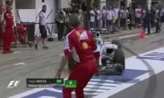 Maurizio Arrivabene atravessou o pitlane distraidamente e quase foi atropelado por Massa Foto: Reprodução