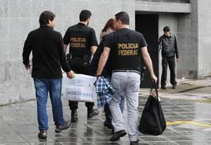 Agentes da Polícia Federal cumprem mandados na 14ª fase da Operação Lava-Jato, batizada de