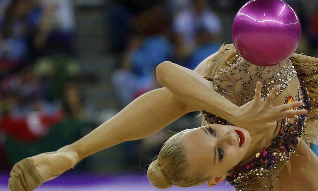 A ginasta russa, Yana Kudruavsteva, compete na final da ginástica rítmica KAI PFAFFENBACH / REUTERS