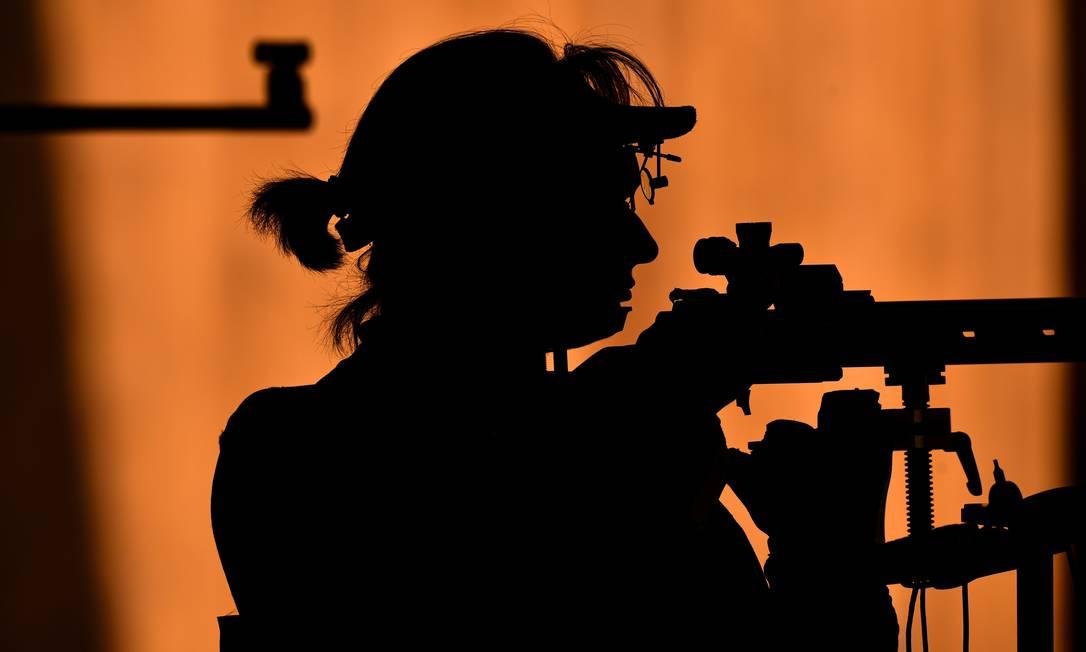 Laurence Brize, da França, compete na prova de tiro 50m KIRILL KUDRYAVTSEV / AFP