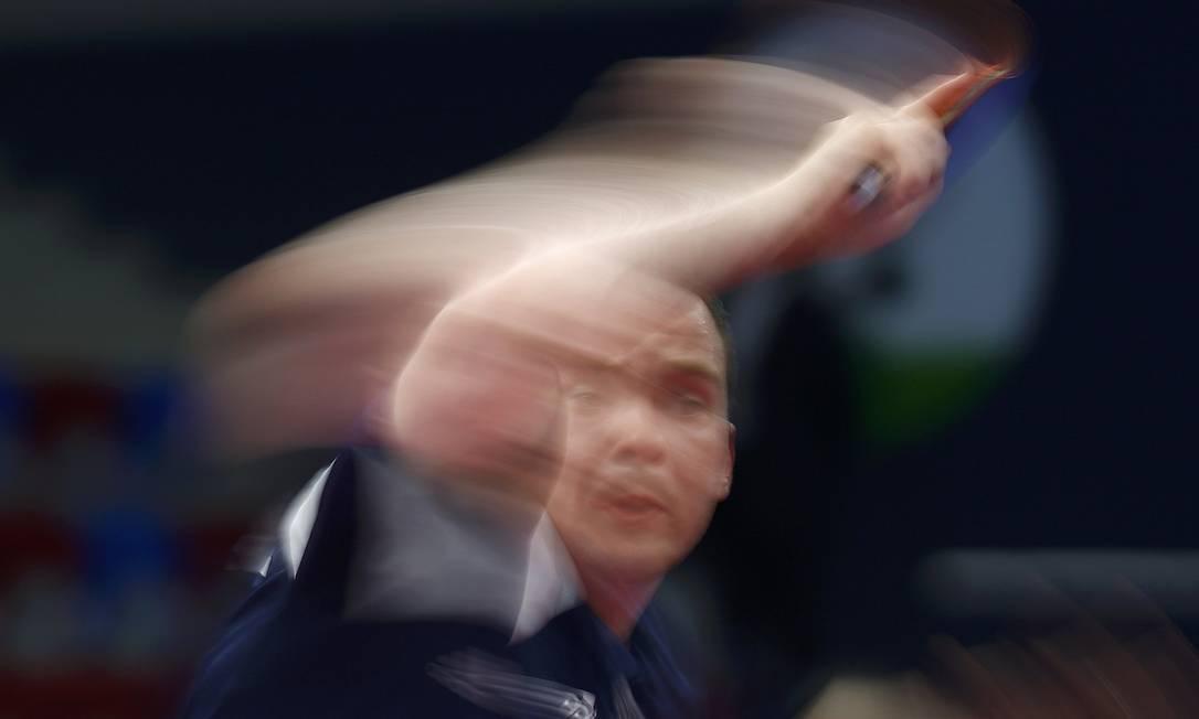 O inglês Paul Drinkhall, durante partida de tênis de mesa contra Lei Kou, da Ucrânia KAI PFAFFENBACH / REUTERS
