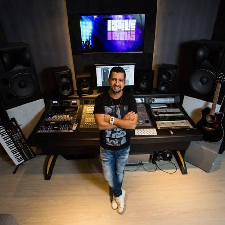 Dennis em um dos novos estúdios, de onde produz os principais nomes do funk nacional Foto: Bárbara Lopes