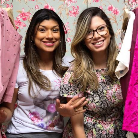 Gabriela e Talita desenvolvem os desenhos das roupas de forma conjunta Foto: Bárbara Lopes