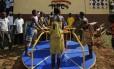 Crianças movem carrossel em escola africana: turbina instalada em brinquedo abastece lâmpadas LED