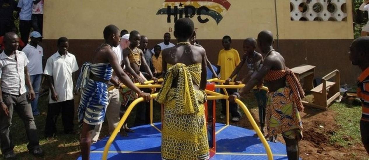 Crianças movem carrossel em escola africana: turbina instalada em brinquedo abastece lâmpadas LED Foto: Empower Playgrounds Inc/Crys Kevan Leee