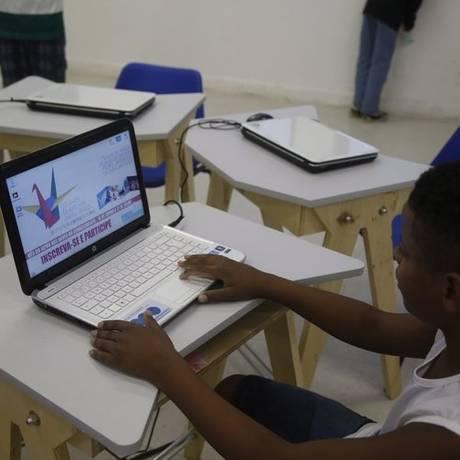 Oficinas. Alunos consultam origamis em 3D antes de fazê-los no papel Foto: Agência O Globo / Felipe Hanower