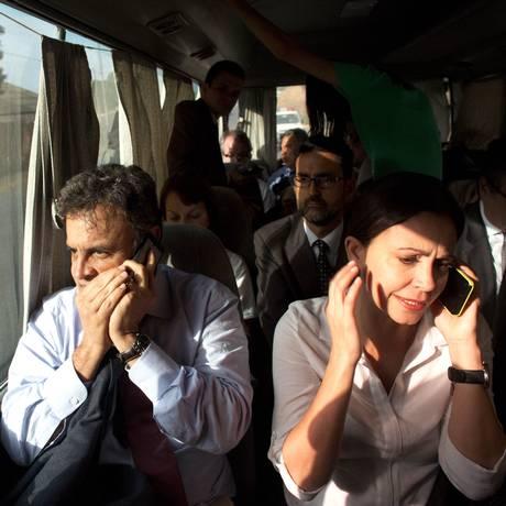 Van onde estava o senador Aécio Neves e a ex-deputada opositora Maria Corina Machado foi atacada por simpatizantes do governo de Maduro, em Caracas Foto: Ariana Cubillos / AP