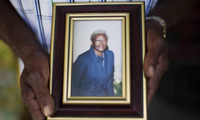 Walter Jackson segura a foto de sua mãe, Susie Jackson Foto: David Goldman / AP