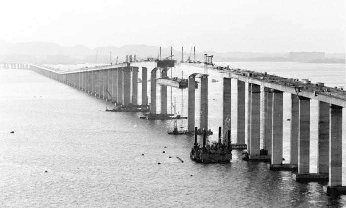 Projetada para receber 50 mil veículos por dia, a Ponte Rio-Niterói hoje tem fluxo médio de 150 mil Foto: Arquivo/23-12-1973