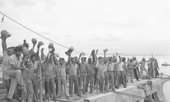 Operários comemoram a colocação do último vão da ponte, em janeiro de 1974 Foto: Arquivo/Rodolpho Machado(12-01-1974)