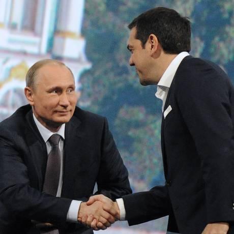 O presidente russo, Vladimir Putin, cumprimenta o visitante grego, Alexis Tsipras, em São Petersburgo Foto: OLGA MALTSEVA / AFP