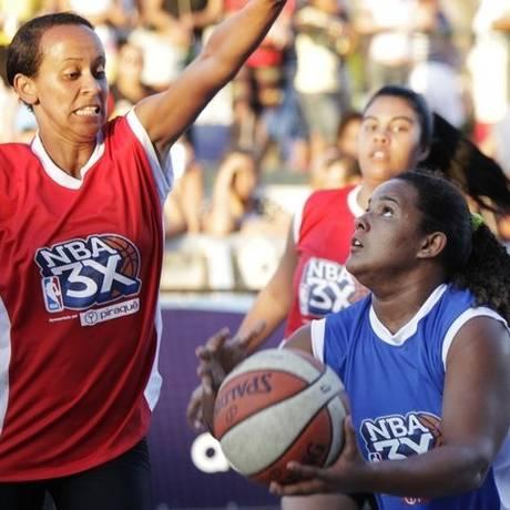 Em ação. Modalidade é disputada em meia quadra, com apenas uma cesta Foto: Divulgação/NBA 3X