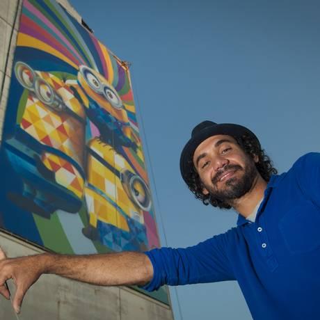 Artista Eduardo Kobra com o estudo e o trabalho realizado em Niterói Foto: Selmy Yassuda / Divulgação