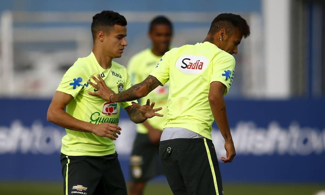 Philippe Coutinho e Neymar no treino desta sexta em Santiago RICARDO MORAES / REUTERS