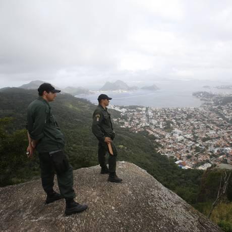 Guardas ambientais em trilha do Morro do Santo Inácio Foto: Felipe Hanower