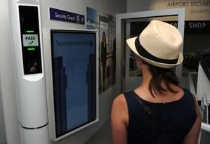 Máquina faz a identificação de viajantes durante a Paris Air Show Foto: AP