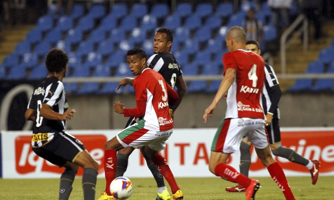 Bill tenta o passe para Willian Arão, na partida entre Botafogo e Boa Esporte Cezar Loureiro / Agência O Globo