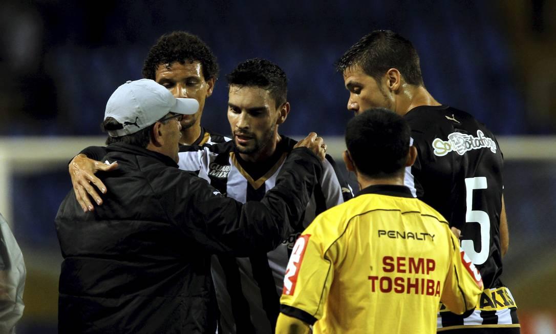 Pimpão comemora o gol do empate alvinegro abraçando o técnico René Simões Cezar Loureiro / Agência O Globo