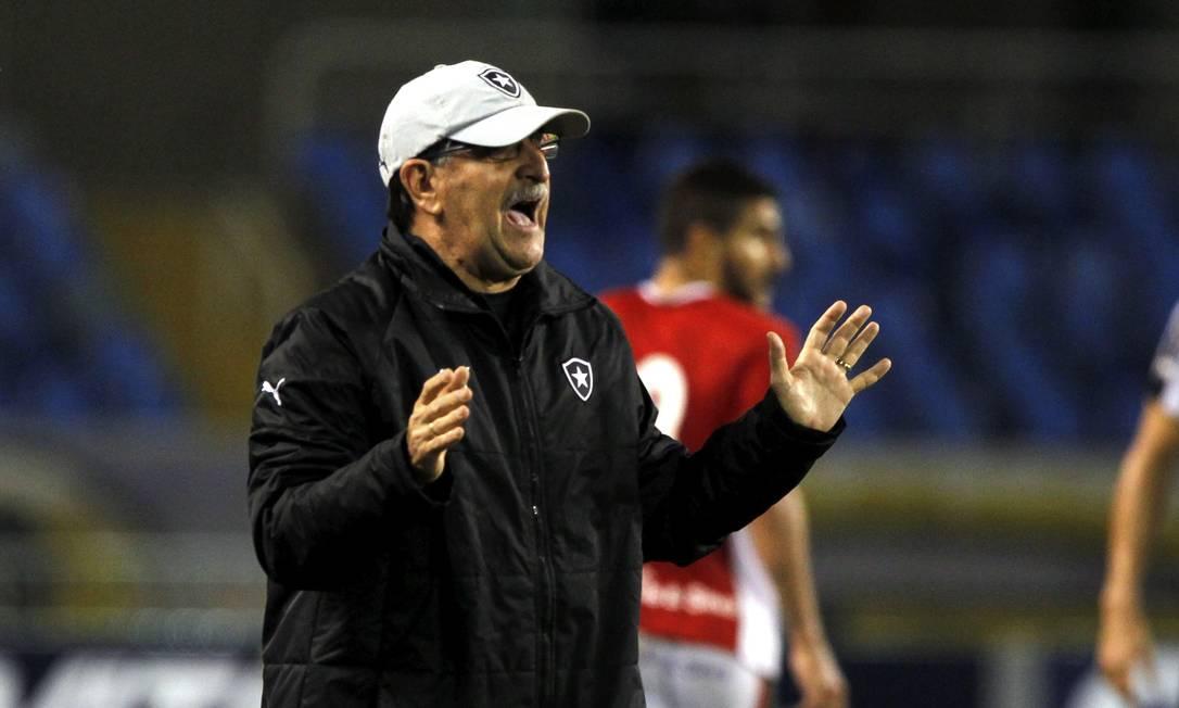 O técnico do Botafogo, René Simões, orienta o time na partida contra o Boa Esporte Cezar Loureiro / Agência O Globo