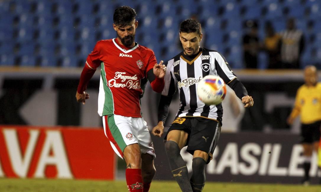 Pimpão, autor do gol do empate alvinegro, disputa a bola com Radamés, do Boa Esporte Cezar Loureiro / Agência O Globo