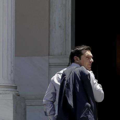 O premier grego, Alexis Tsipras, chega na sede do governo em Atenas após visita à Rússia Foto: ALKIS KONSTANTINIDIS / REUTERS