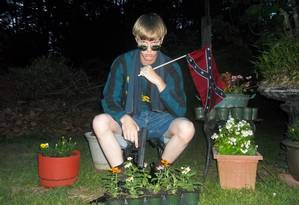 Foto de site de supremacia branca mostra Dylann com arma em punho Foto: Reprodução