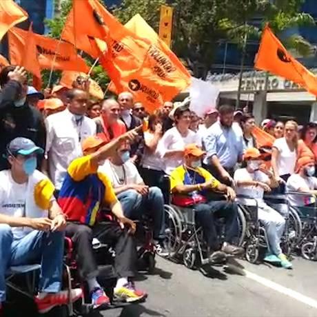 Manifestantes, alguns em cadeiras de rodas devido à greve de fome, participam de protesto em Caracas Foto: Maria Lima