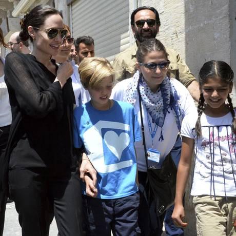 Angelina Jolie caminha com a filha Shiloh pelas ruas da cidade de Mardin, na Turquia Foto: AP