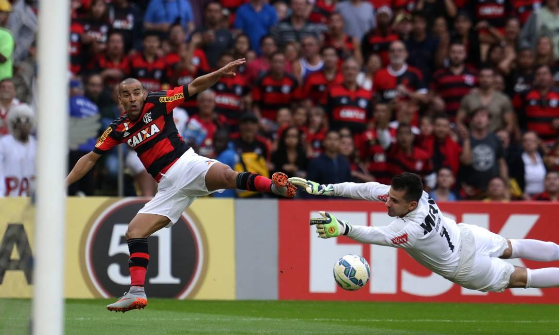Emerson dribla o goleiro Victor na partida entre Flamengo e Atlético-MG Rafael Moraes / Agência O Globo