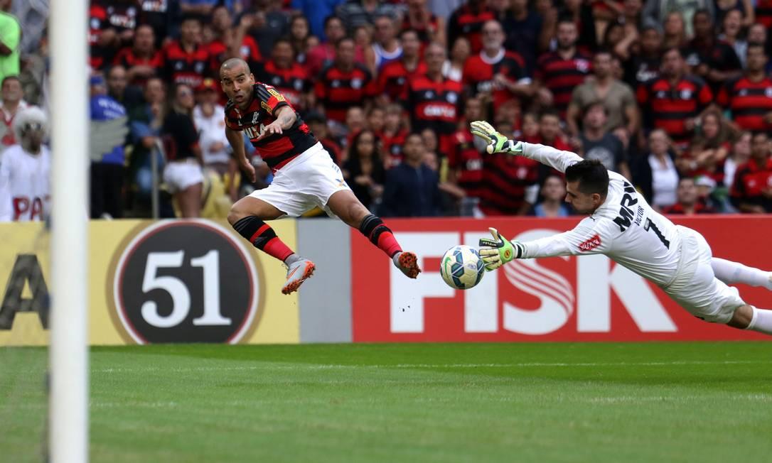 Emerson dribla Victor, goleiro do Atlético-MG Rafael Moraes / Agência O Globo