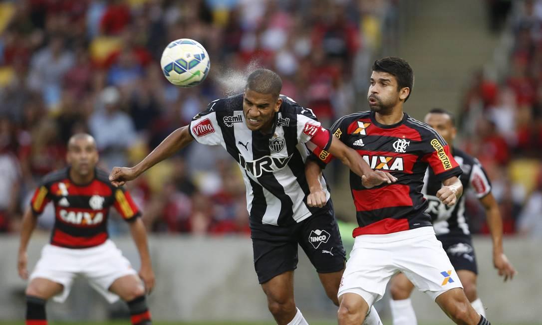 Léo Silva ganha a dividida com Eduardo da Silva Guito Moreto / Agência O Globo