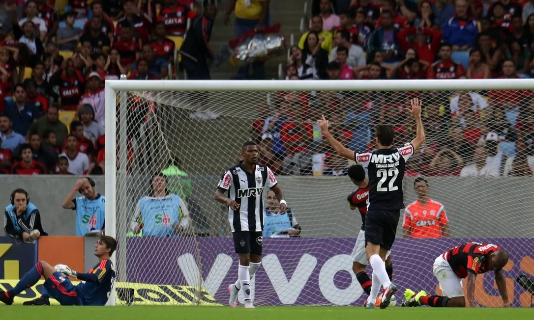 Samir, agachado, contra, abriu o placar para o Atlético-MG Rafael Moraes / Agência O Globo