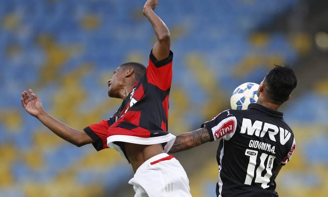 Marcio Araújo divide a bola com Giovanni Guito Moreto / Agência O Globo