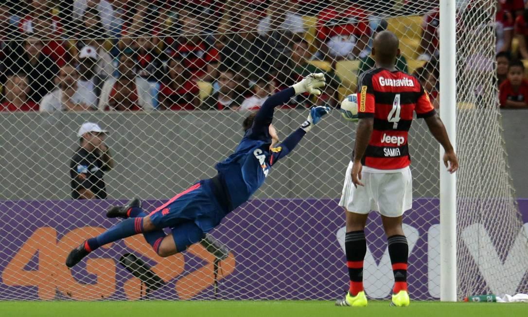 O goleiro do Flamengo, César, salta e não alcança a bola chutada no ângulo por Lucas Pratto (fora da foto). Samir (4) assiste à cena Rafael Moraes / Agência O Globo