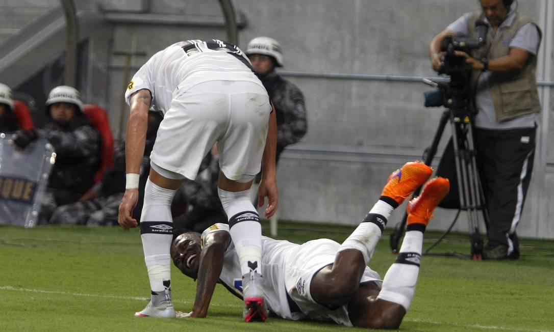 Riascos sorri ao comemorar com Biancucchi o gol de empate do Vasco Hans Von Manteuffell / Agência O Globo