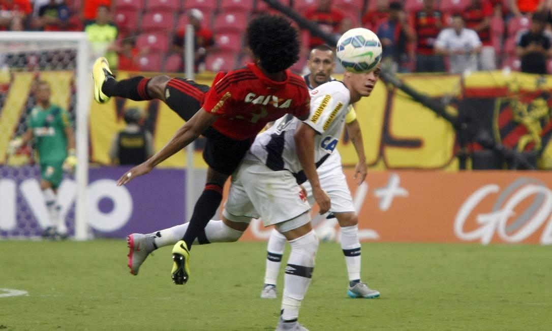 Éwerton Páscoa divide a bola com Biancucchi na Arena Pernambuco Hans Von Manteuffell / Agência O Globo