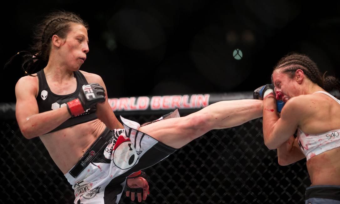 Joanna Jedrzejczyk golpeia Jessica Penne com chute preciso em luta que a polonesa nocauteou a americana e manteve o cinturão do peso-palha feminino do UFC Axel Schmidt / AP
