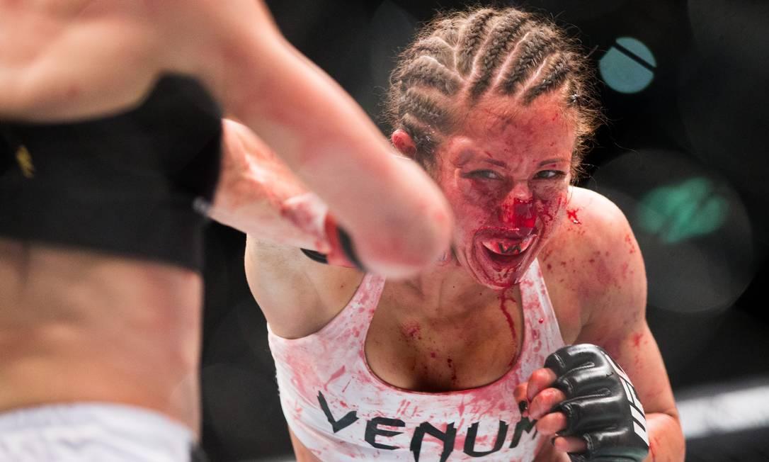 Sangrado abundantemente, Jessica Penne resistiu o quanto deu, mas no terceiro round acabou vencida por nocaute técnico de Joanna Jedrzejczyk no UFC Fight Night na Alemanha Axel Schmidt / AP