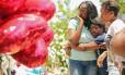 Luto. Parentes de uma das vítimas visitam o memorial diante da igreja em Charleston, na Carolina do Sul