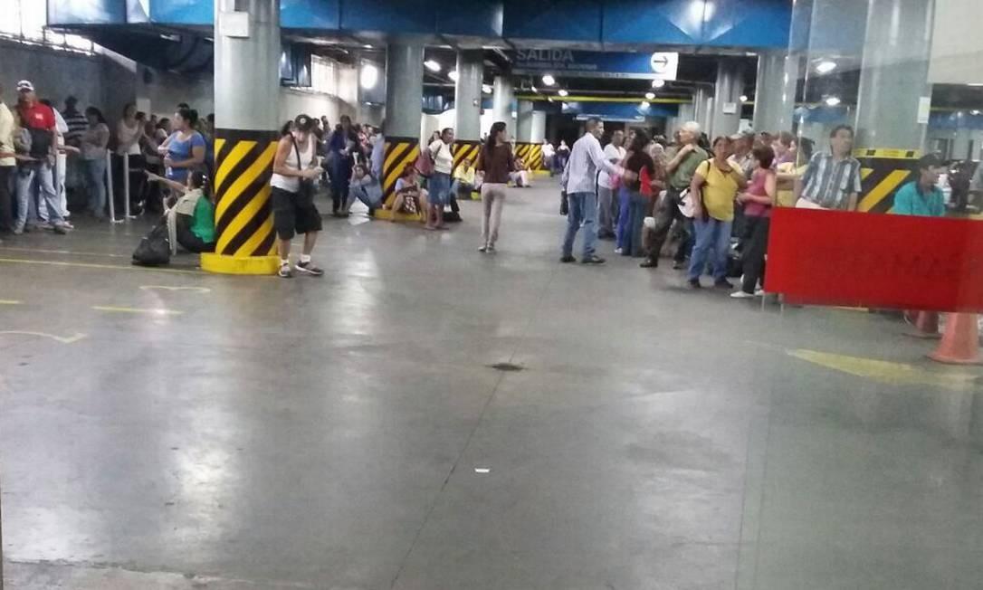 Em vez de carros, a garagem de um supermercado em Caracas passa o dia com filas de venezuelanos Foto: / Maria Lima