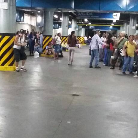 Em vez de carros, a garagem de um supermercado em Caracas passa o dia com filas de venezuelanos Foto: Maria Lima